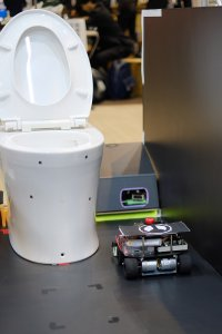 ゴミ吸引ロボットに接近するお掃除ロボット